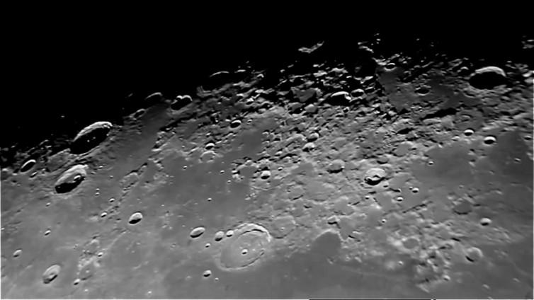 Luna- 04-07-2015 Telescopio C11HD; F:10; Cámara Canon 1100D; 1 vídeo de 60¨; Procesado: AutoStakkert y Registax.